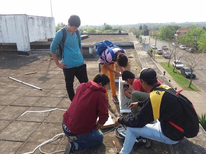 Jóvenes alumnos de UTU instalan equipos de aire acondicionado en la institución