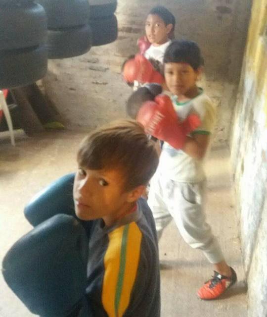 Pasó de cortar caña de azúcar a enseñar boxeo gratis a decenas de jóvenes