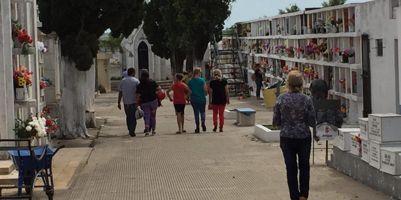 Gran movimiento de personas se registró en el camposanto de la ciudad de Artigas