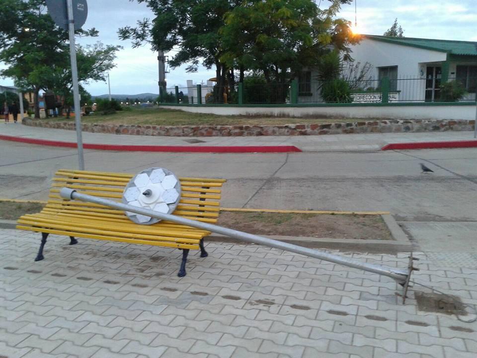 Apareció columna de la iluminacion de la Plaza de Rotary caída
