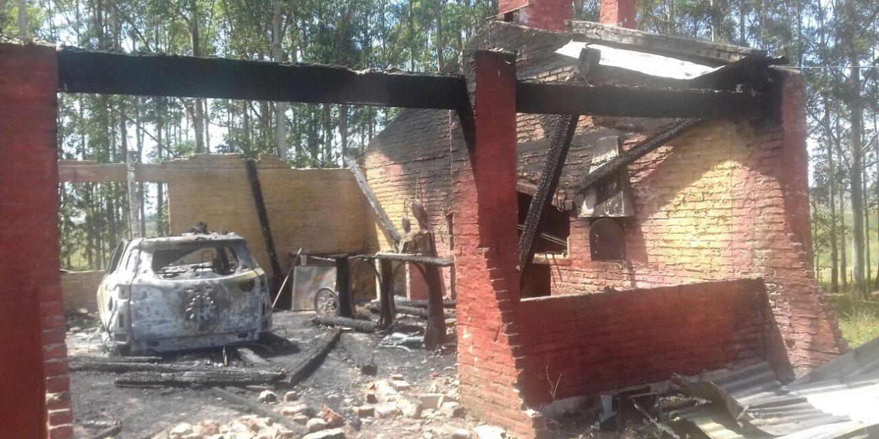 Bomberos y Policías investigan el origen de un incendio en Colonia Rivera