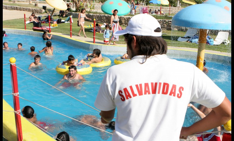 Natatorios municipales contaran con guardavidas for Salvavidas para piscinas