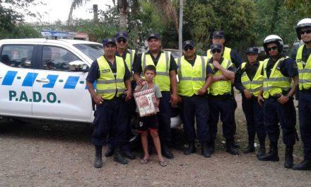 POLICÍAS DE BELLA UNIÓN LE REGALAN ÚTILES ESCOLARES A UN NIÑO QUE LES OFRECE AGUA CUANDO PATRULLAN SU BARRIO