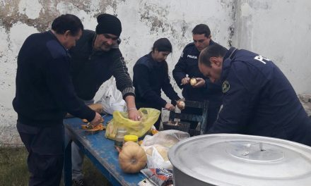 """""""OLLA SOLIDARIA"""" POLICÍAS DE LA SECCIONAL 8VA REPARTEN ALIMENTOS A FAMILIAS NECESITADAS."""