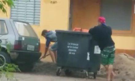 UTILIZAN CONTENEDOR PARA TRANSPORTAR ARENA Y PEDREGULLO