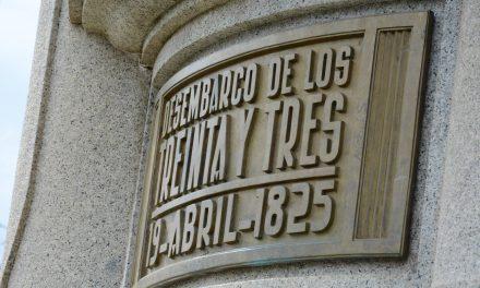 CEREMONIA DE COLOCACIÓN DE OFRENDA FLORAL EN PLAZA JOSÉ BATLLE Y ORDÓÑEZ