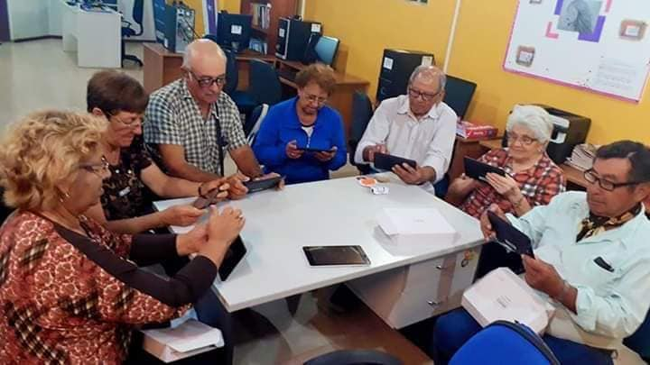 JUBILADOS APRENDEN A UTILIZAR CELULARES Y TABLETS