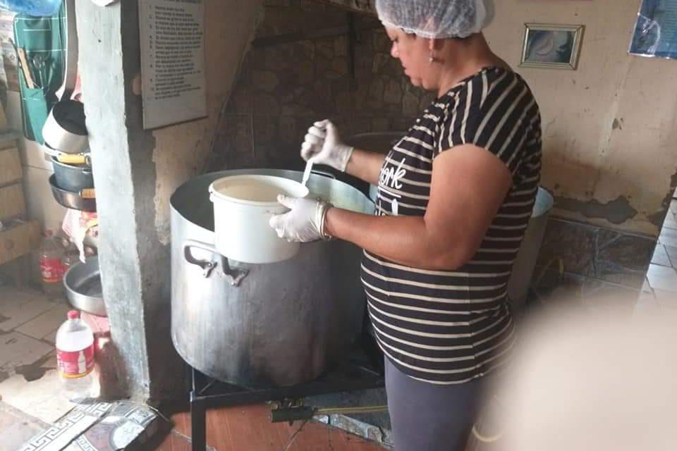 COMEDOR DE ANA CONTINÚA COCINANDO PARA DECENAS DE PERSONAS A PESAR DE LA PANDEMIA.