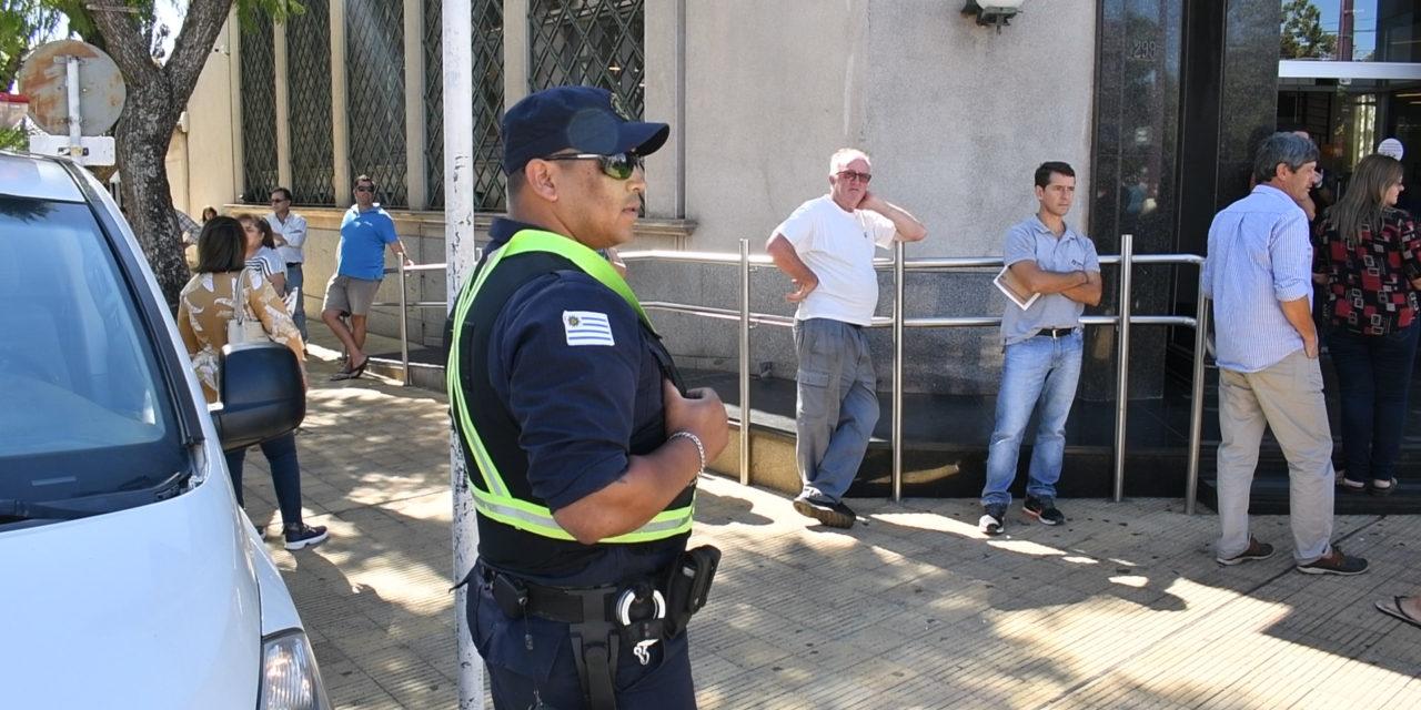 POLICÍA CONTROLA QUE NO SE AGLOMEREN LAS PERSONAS EN LOCALES DE PAGO Y COBRANZA.