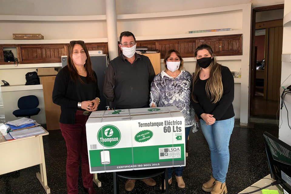 ESCRIBANOS DE ARTIGAS REALIZARON DONACIÓN PARA REFUGIO DE MIDES.