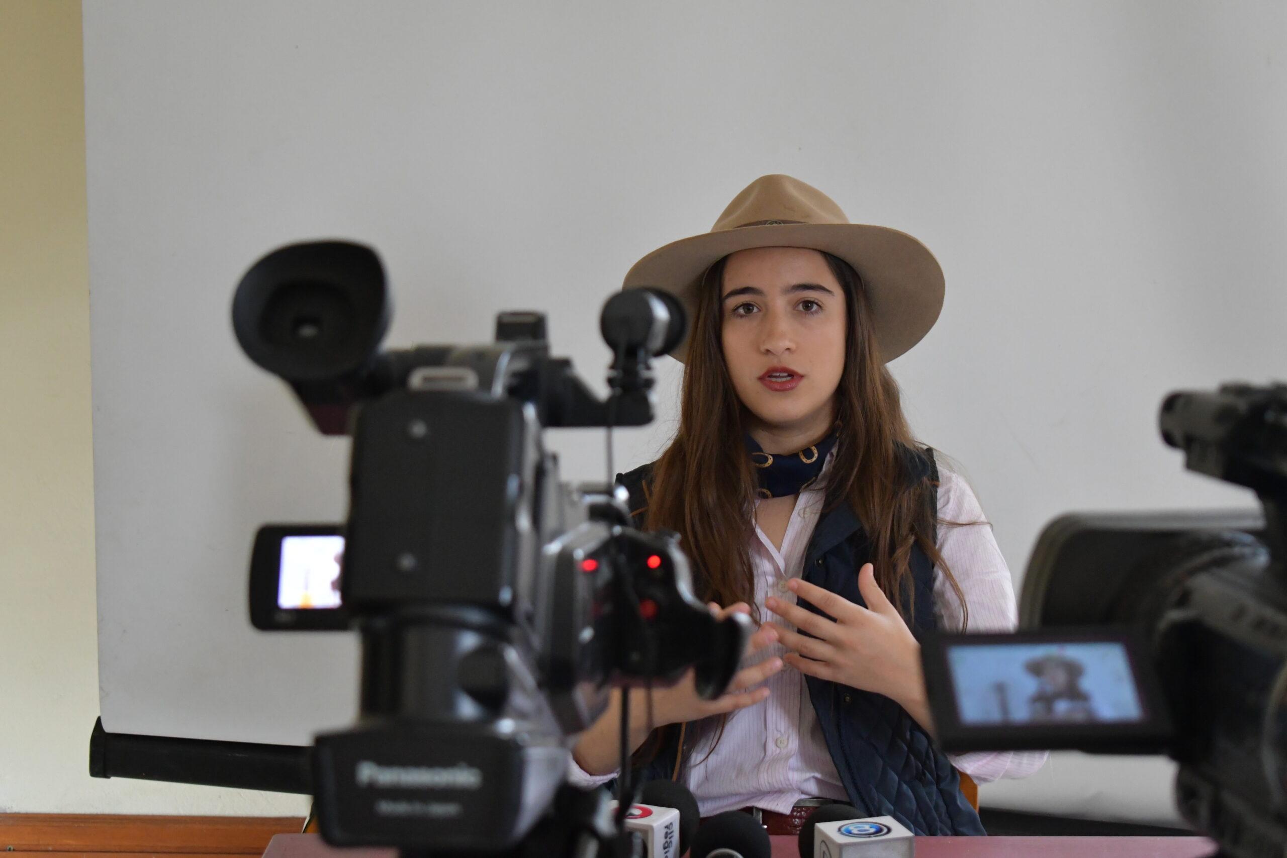 DULCE Y HERMOSA:  CATHERINE VERGNES PRESENTÓ GUITARREANDO EN ARTIGAS.