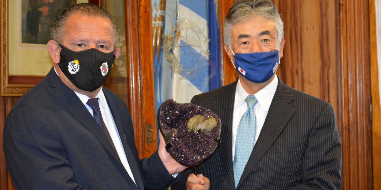 EMBAJADOR DE JAPÓN VISITÓ ARTIGAS. SE REUNIÓ CON EL INTENDENTE Y PLANTÓ CEREZOS.